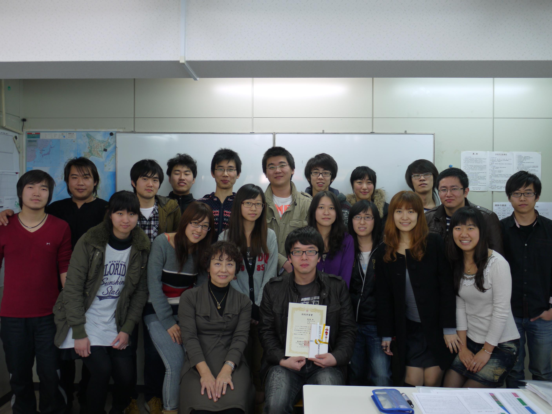 崔成海和班主任老师及班级同学合影